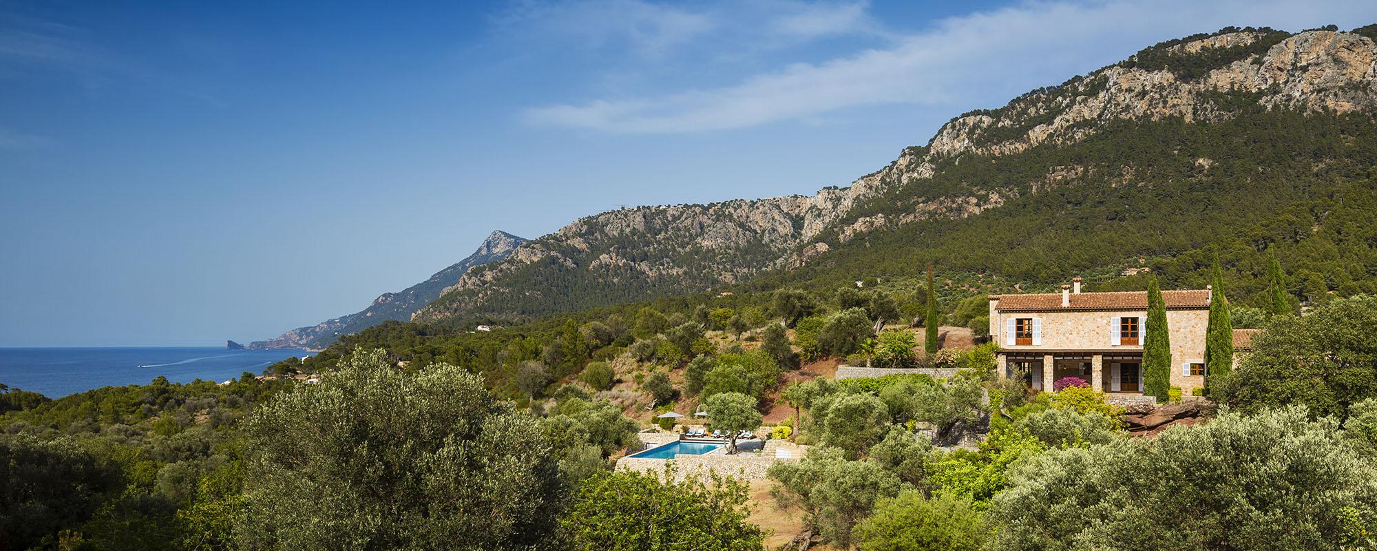 Finca Son Bunyola mit privatem Meerzugang bietet auf einem grossen Grundstück drei Fincas zur Miete auf Mallorca mit Tennisplatz und jeweils 5 Doppelzimmern. Inkl. Servicepersonal. Mallorca Virgin Limited Edition