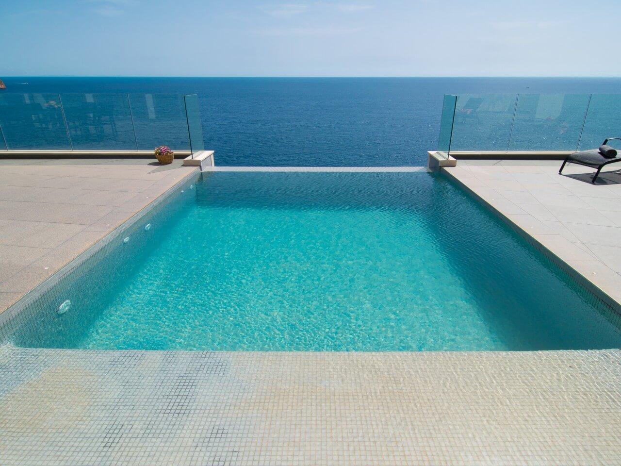 Villa canyamel design ferienhaus auf mallorca direkt am meer for Kapfer pool design mallorca